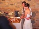 wedding party of Matt & Laura - Tenuta La Borriana - cut the cake